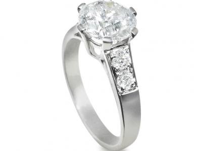 טבעת אירוסין עם יהלום ענק