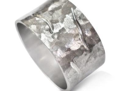 טבעת נישואין רחבה  עם ריקועים