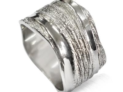 טבעת נישואין לא עגולה רחבה מעוצבת