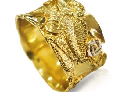 טבעת נישואין זהב צהוב רחבה מעוטרת בעיצובים שקועים