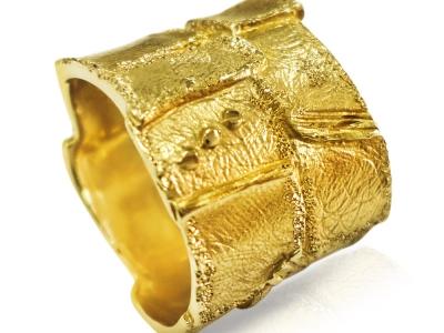 טבעת נישואין רחבה מעוטרת