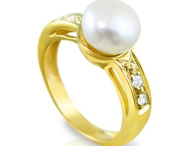 טבעת זהב גדולה ומרשימה עם פנינה מרכזית ושיבוץ 4 יהלומים קטנים
