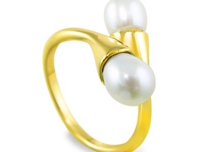 טבעת זהב עם 2 פנינים, אחת בכל קצה. מיוחדת בולטת ומרשימה