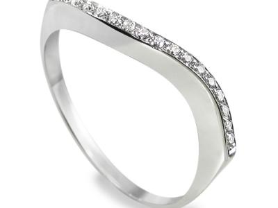 טבעת בעיצוב עדין עם עיקול יפה ומיוחד משובץ שורת יהלומים
