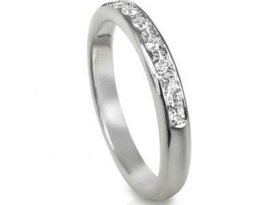 טבעת נישואין עם יהלומים