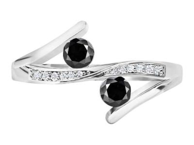 טבעת 2 יהלומים שחורים בעיצוב טוויסט