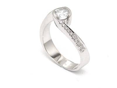 טבעת אירוסין מעוצבת זרועות משולבות מיוחדת ביותר