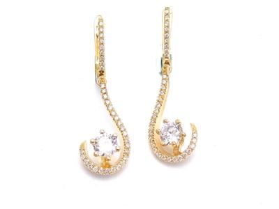 זוג עגילי יהלומים תלויים חצי סהר אבנים מרכזיות 0.80 קראט מעוטרים ביהלומים קטנים