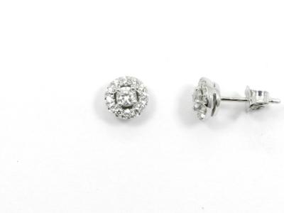 זוג עגילים צמודים קלאסיים ושיבוץ יהלומים סביב יהלום מרכזי