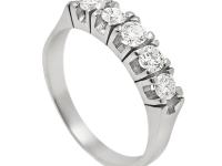 טבעת נישואין חצי משובצת 5 יהלומים בעיצוב קלאסי