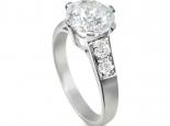טבעות אירוסין משובצות -טבעת עם יהלומים בצד ויהלום ענק במרכז
