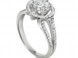 טבעת בעיצוב חדשני עם יהלומים קטנים מסביב ליהלום גדול מרכזי