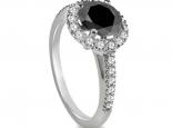 טבעת יהלום 1/2 קרט סוליטר Black Diamonds מעוצבת עם יהלומים על הטבעת  ומסביב ליהלום המרכזי