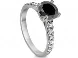 טבעת יהלום שחור משובצת עם יהלומים בצד
