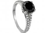 טבעת אירוסין יהלום מרכזי שחור ויהלומים קטנים משובצים בצד