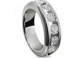 טבעת יהלומים בעיצוב קלאסי עם יהלומים משובצים בשיבוץ תעלה