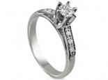 טבעת אירוסין עדינה עם יהלומים בצדדים
