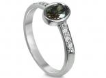 טבעת אירוסין מיוחדת עם יהלום שחור מרכזי משובץ בתוך כוס