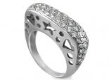 טבעת מעצבים עם יהלומים קטנים ולבבות בצד