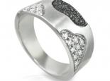טבעת מעצבים עם יהלומים שחורים ויהלומים לבנים