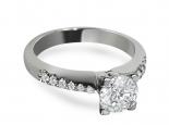 טבעת אירוסין יהלום מרכזי ויהלומים קטנים משובצים בצד