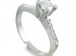 """טבעת אירוסין בעיצוב עם זרועות """"חתוכות"""" לשיבוץ אבן מרכזית בכל גודל - """"URANUS"""""""