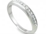 """טבעת קלאסית עם שיבוץ יהלומים על חצי טבעת - """"UNIVERSE"""""""