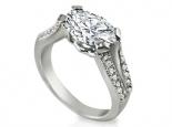 טבעת אירוסין עם 4 גשרים יהלומים המתחברים בראש הטבעת יהלום מרכזי מוגבהה