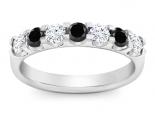 טבעת יהלומים 7 יהלומים שחורים ולבנים  גדולים בשיבוץ מרחף