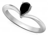 טבעת סוליטר עדינה בעיצוב טיפה- יהלום שחור מרכזי