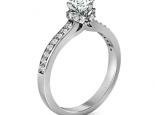 טבעת יהלום קלסית עם שיבוץ יהלומים על הטבעת
