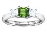 טבעת טריפל לאישה עם אבן חן מרכזית.