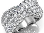 טבעת יהלומים רחבה וגדולה בעיצוב יוקרתי